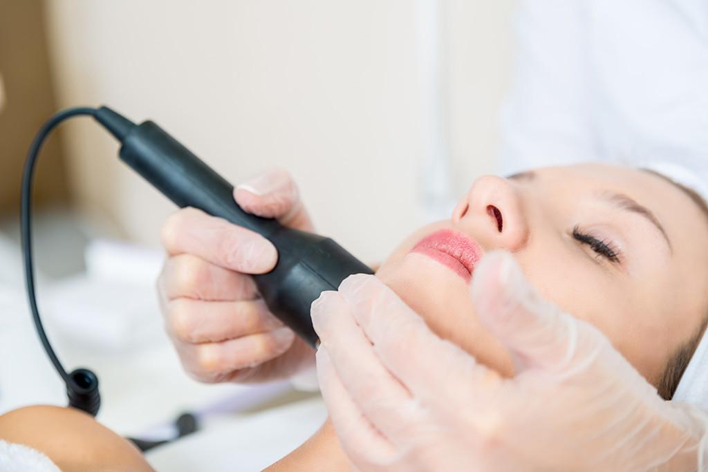 Kozmeticna nega obraza z ultrasonic terapijo